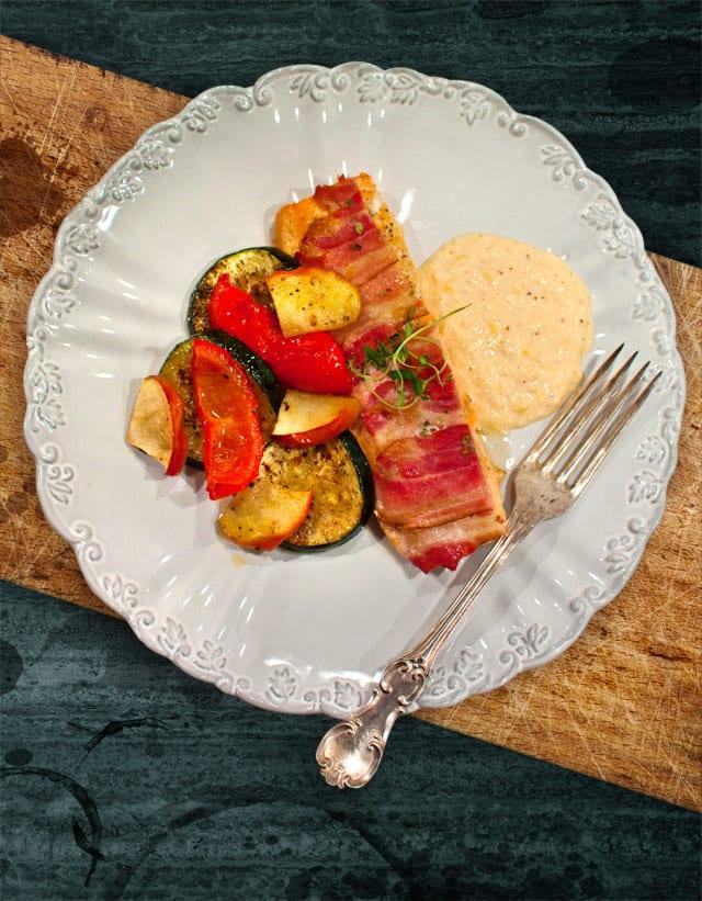 Baconlax med ugnsrostade grönsaker och majspure
