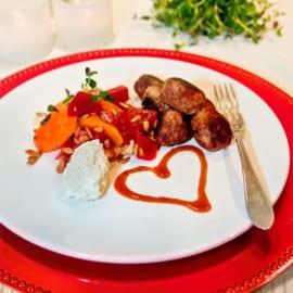 Hallonköttbullar med timjandoftande grönsaker, hallonsås och örtcreme