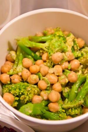 Krämig broccoli- och kikärtssallad - Veckobuffé