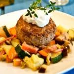 Cheddarfyllda kalvfärsbiffar med frästa grönsaker och rabarber