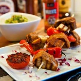 Grillspett med halloumi, fläskytterfilé, paprika och tomat