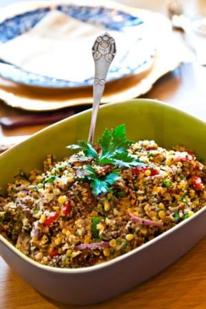 Grillade spett med sval myntasås och lins- och quinoasallad