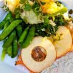Grillad lax med äppelringar, västkustsås och potatis- och broccolisallad