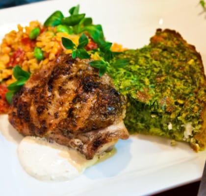 Grillade kycklingbröst med linssallad, pepparrotscreme och spenat- och fetaostquiche
