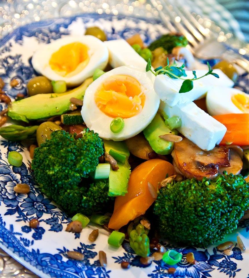 Matig sallad med feta, ägg, linser och frön