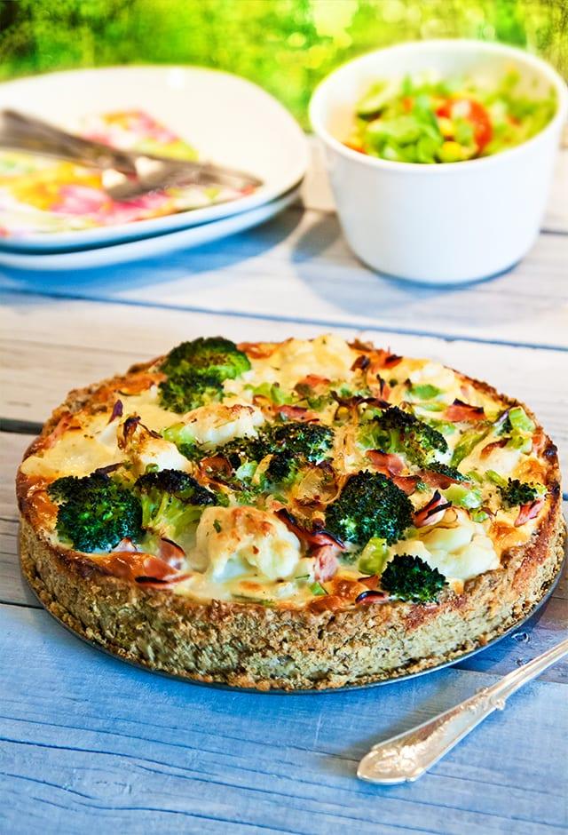Mjölfri paj - Blomkål, broccoli och skinkpaj med pajskal av gröna linser och ost