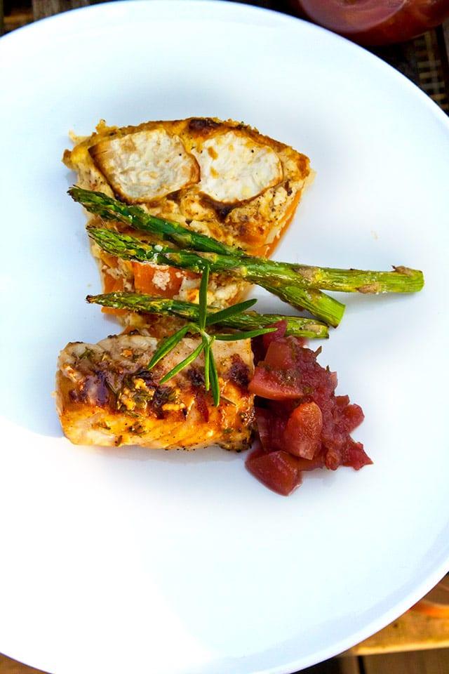 Grillad torskrygg med rosmarin, äppelkompott, rotsaksgratäng och honungsglazad sparris