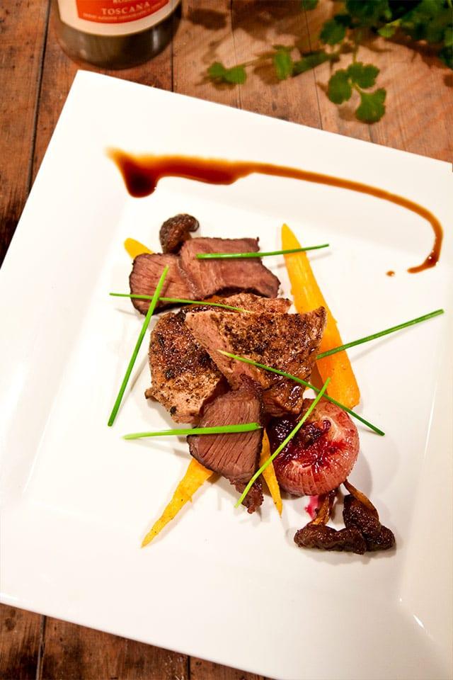 Oxkind och kalv med apelsinmarinerade småmorötter, vinkokt pärllök, smörfräst shiitakesvamp och krämig potatisgratäng