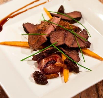 Oxkind och kalv med apelsinmarinerade småmorötter, vinkokt pärllök, smörfräst shitakesvamp och krämig potatisgratäng
