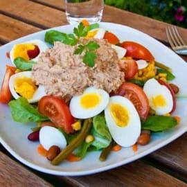 Enkel sallad med ägg och tonfiskröra