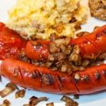 Korv med pannrostad lök, kryddig ketchup och kålrotsmos