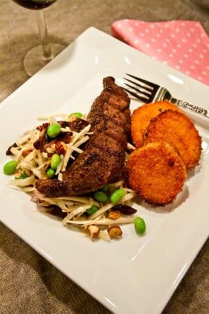 Pepparlamm med panerad sötpotatis och plommonsallad