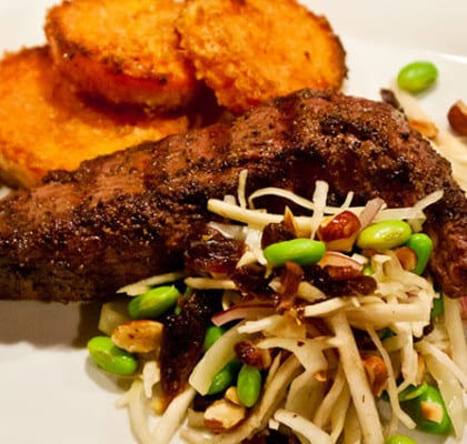 Grillad lammfilé med sötpotatis och plommonsallad