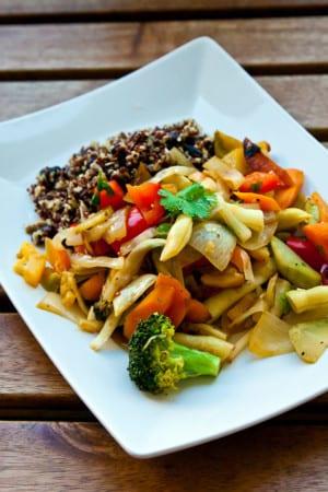 Vegetarisk wok med quinoa, bönor och currysås