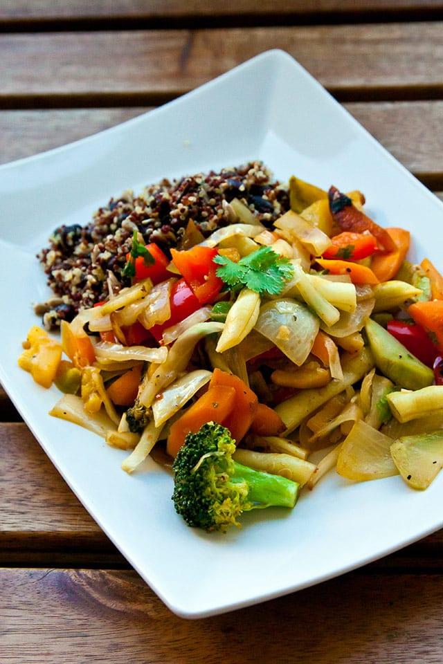 Vegetarisk wok med quinoabönsallad och currysås
