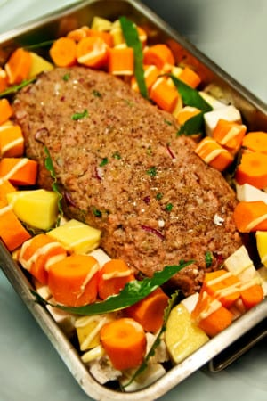 Isterbandspäckad köttfärslimpa med gräddiga rotsaker