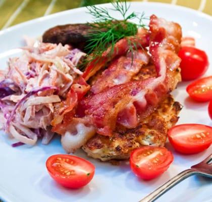 Kycklingbiffar med coleslaw, bacon och portobello