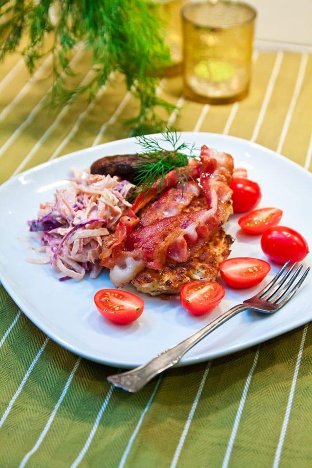 Kycklingbiffar med coleslaw, bacon och portabello