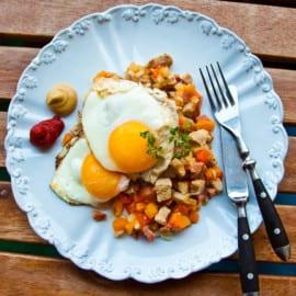 Snabblagad Pytt med korv, fläskkotlett och stekt ägg