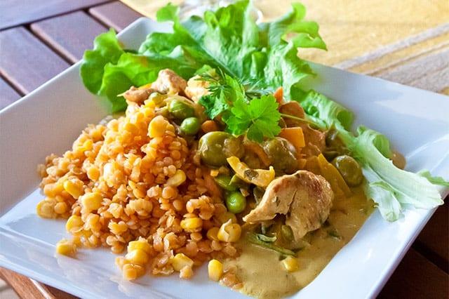 Krämig kycklinggryta med curry och linser