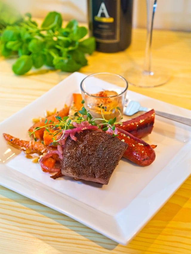 Oxfilé i ugn med syltad rödlök, auberginecreme och parmesanrostade morötter