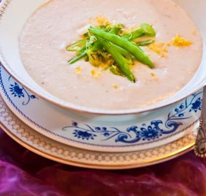 Vit bönsoppa med vårlök och riven citrus