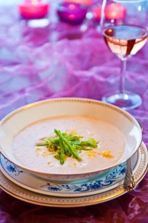 Vit bönsoppa med knipplök och riven citrus