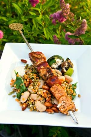 Lax- och korvspett med fyllda champinjoner och bönsallad tricolore