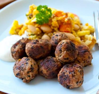 Köttbullar med polenta samt lins- och vitkålssallad