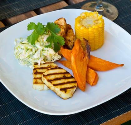 Kryddig bbq-kyckling med coleslaw, ugnsrostad sötpotatis, majskolvar och halloumi