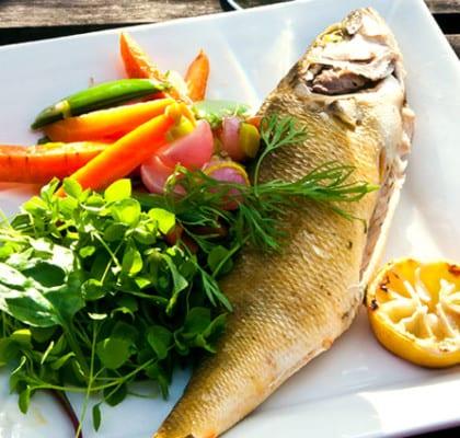 Grillad abborre med smörfrästa grönsaker och citroncreme