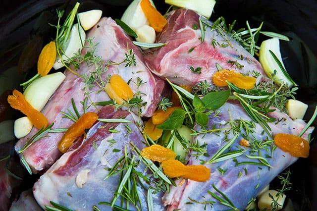 Lammlägg med mungbönsrisotto och smörfräst svamp är en ljuvlig rätt att bjuda på. Här finns receptet.