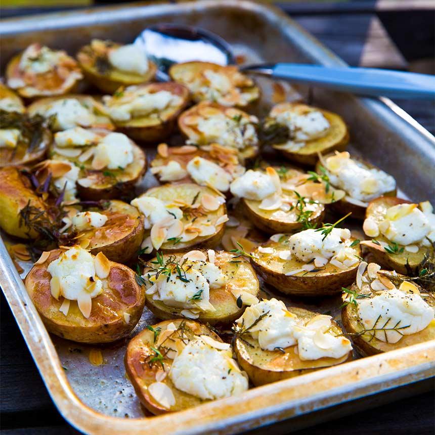 Rostade potatishalvor med getost och mandelflarn
