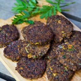 Prickiga linsbiffar med lök och oliver