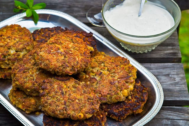 Vegetariska biffar med mozzarella, tomater och rödlök passar som vardagsmat och till buffé. Receptet finns här.