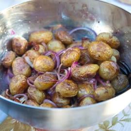 Potatissallad med soltorkade tomater och röd lök