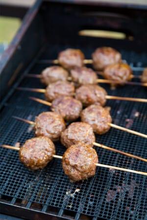 Grillade köttbullar på spett