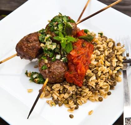 Grillade köttbullar på spett, mustig tomatsås och chimichurri