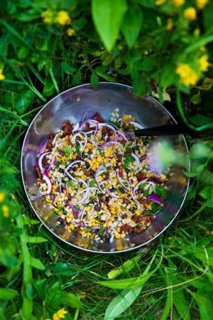 Matig sallad med svarta bönor, havre och rostad majs