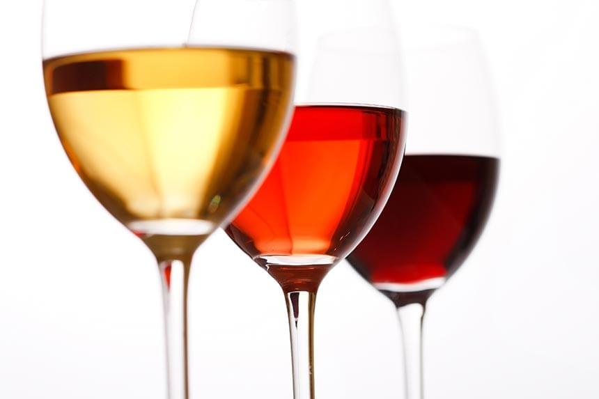 Vilket vin passar bäst till förrätten mangosallad med räkor, gurka och koriander?