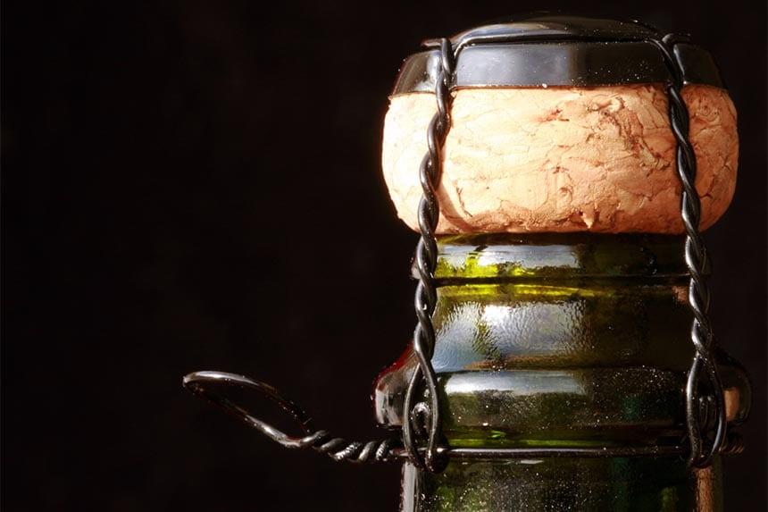 Vad heter den lilla metalldel på flaskan som håller fast champagnekorken?