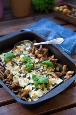 Ugnsgratinerade zucchinis med salami och ost
