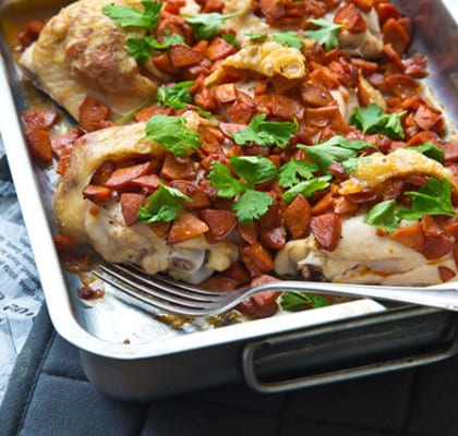 Kycklinglår med hot chorizo, fried beans och majssalsa