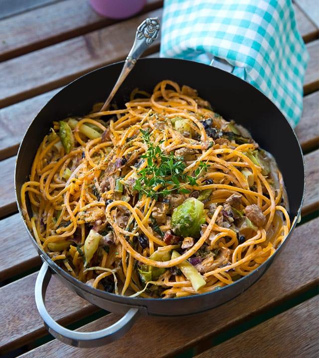 Vegetarisk pasta av pumpa med kål och svarta bönor