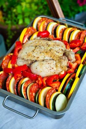 Helstekt ugnskyckling med medelhavsgrönsaker, korv och fetaost