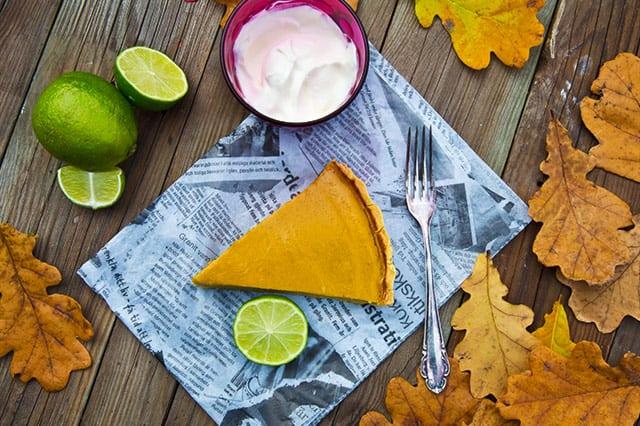Pumpapaj till efterrätt är gott både till Halloween och jul. Denna är med spännande kryddig smak och mindre socker.