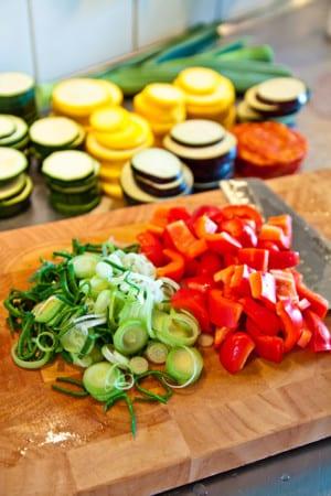 Grönsaker, korv och fetaost