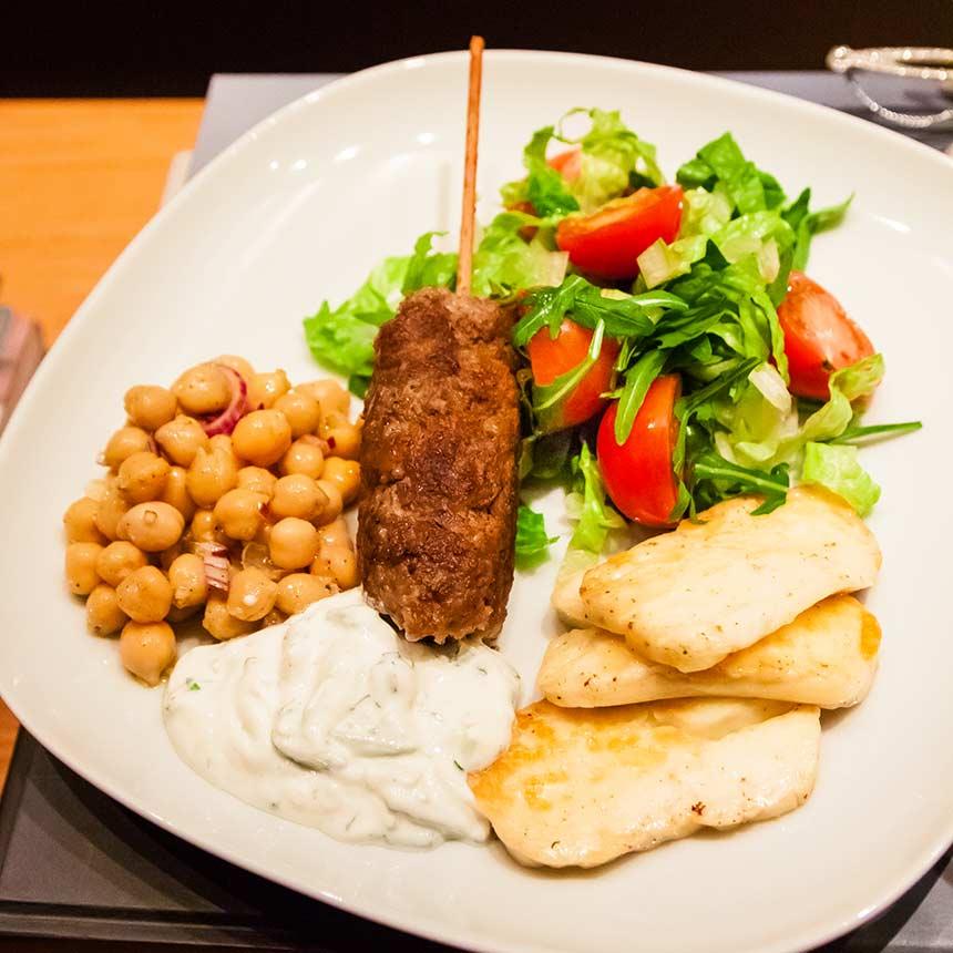Lammfärsspett med tzatziki, kikärtor och halloumi