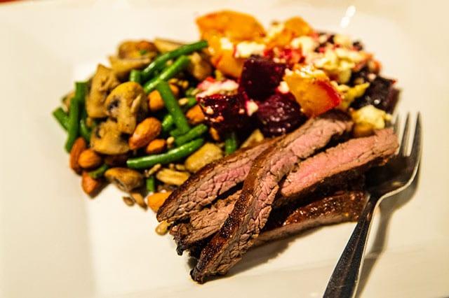 Härliga smaker till middag, med passande vintips. Laga receptet på grillad flankstek med fetarostade rödbetor och pumpa.