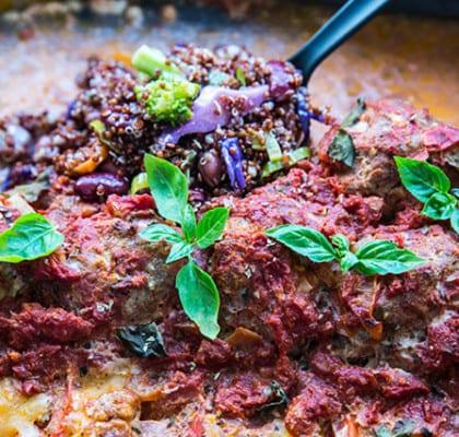 Stora italienska köttbullar i ugn med krossade tomater och mozzarella